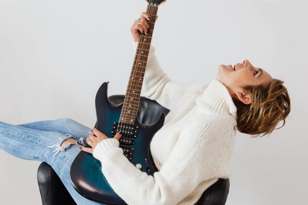 une femme dans le marché de la musique